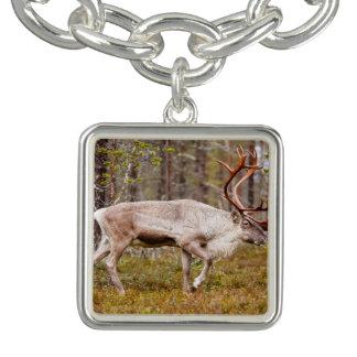 Bracelet Avec Breloques Renne marchant dans la forêt