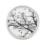 Branches d'arbre noires et blanches d'hiver épinglette