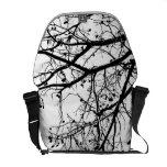 Branches d'arbre noires et blanches d'hiver besaces