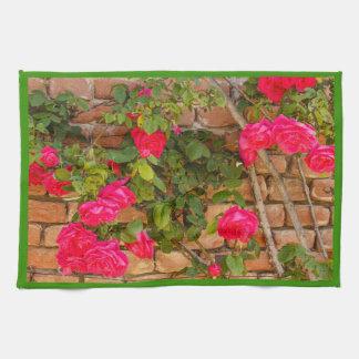 branches des roses colorés sur la serviette de