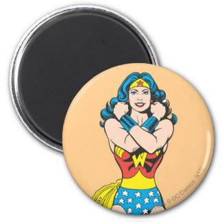 Bras de femme de merveille croisés magnet rond 8 cm