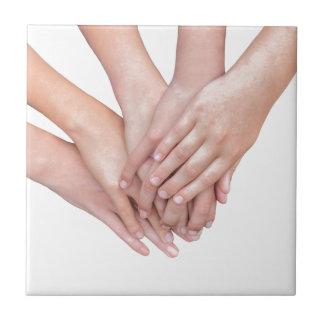 Bras des mains de filles sur l'un l'autre petit carreau carré