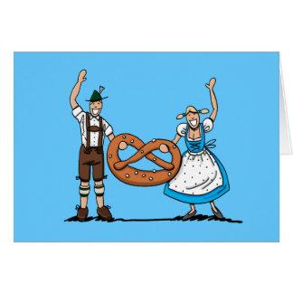 Bretzel heureux de couples d'Oktoberfest de carte