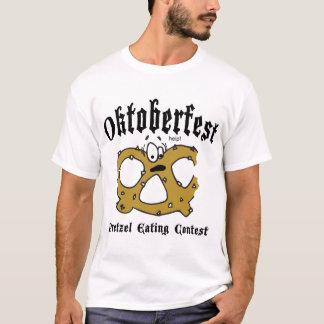 Bretzel mangeant le T-shirt noir d'Oktoberfest de