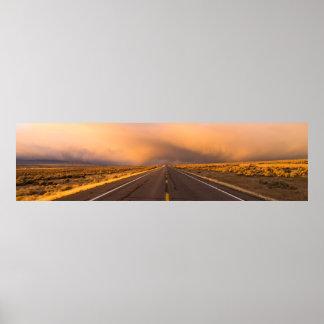 Brews de tempête au-dessus de route à deux voies posters