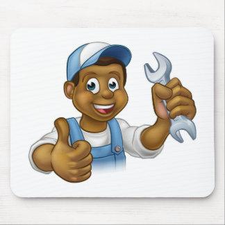 Bricoleur de mécanicien ou de plombier avec la clé tapis de souris