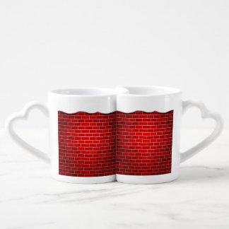 Brique rouge avec la dérive de neige - dessus de mugs amoureux