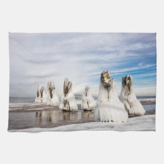 Brise-lames sur la côte de mer baltique linges de cuisine