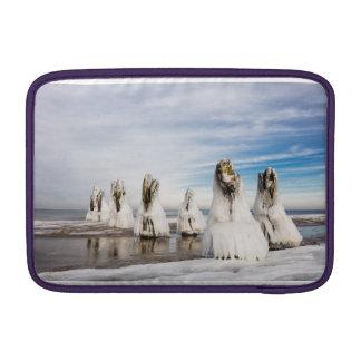 Brise-lames sur la côte de mer baltique poches macbook air