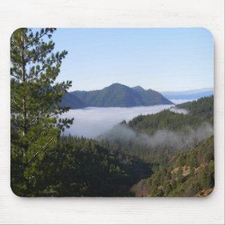 Brouillard de brouillard dans les montagnes. tapis de souris