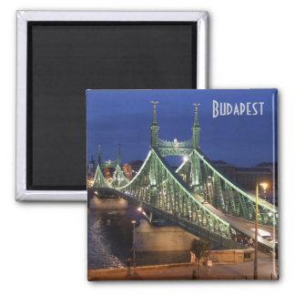 Budapest - pont de liberté par nuit magnet carré