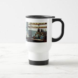 Bureau avec des bouteilles de produits chimiques mug à café