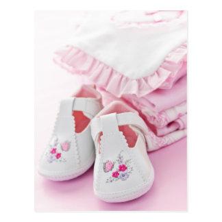 Butins roses et vêtements de bébé carte postale