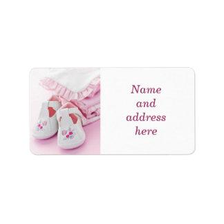 Butins roses et vêtements de bébé étiquette d'adresse