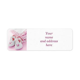 Butins roses et vêtements de bébé étiquettes d'adresse retour