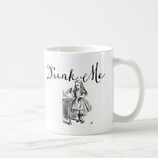 Buvez-moi Alice dans la tasse du pays des merveill