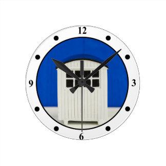 Cabine de plage d'été dans bleu et blanc horloge ronde