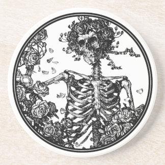 Caboteur de squelette et de boisson de roses dessous de verre