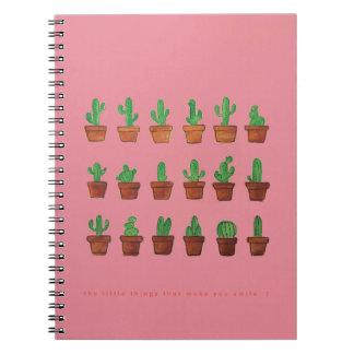 Cactus sur le cahier de croquis rose de carnet de