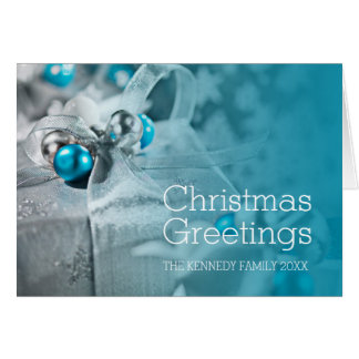 Cadeaux de Noël avec le ruban argenté et Carte De Vœux