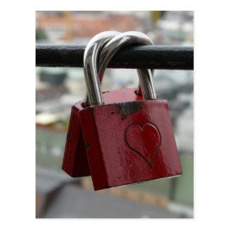 Cadenas rouges de coeur d'amour carte postale
