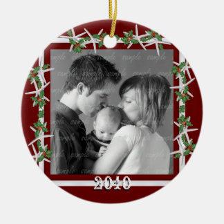 Cadre rouge de photo de famille de houx et décorations pour sapins de noël