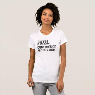 Café dans une main, confiance en autre t-shirt