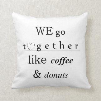 Café et coussin de typographie d'amour de butées