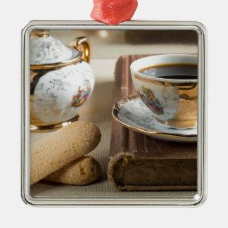 Café express de matin et savoiardi de biscuits ornement carré argenté