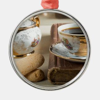 Café express de matin et savoiardi de biscuits ornement rond argenté