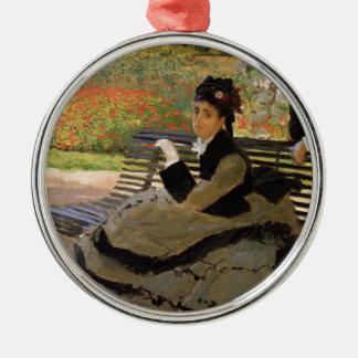 Camille Monet sur un banc de jardin - Claude Monet Ornement Rond Argenté