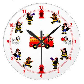 Camion de pompiers avec les pompiers occupés grande horloge ronde