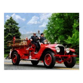 Camion de pompiers démodé carte postale