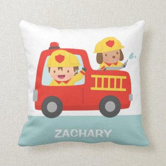 Camion de pompiers rouge avec le décor de pièce de coussins carrés