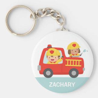 Camion de pompiers rouge avec le garçon et le porte-clés