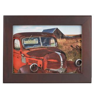 Camion orange de rouillement de Dodge avec la Boîte À Souvenirs