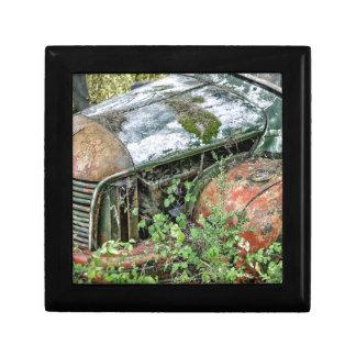 Camion vintage abandonné petite boîte à bijoux carrée