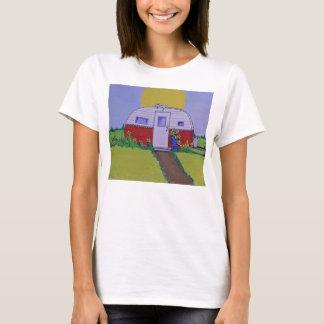 Campeur avec un chat sur le toit chaud de bidon t-shirt