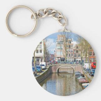 Canal d'Amsterdam avec des bateaux Porte-clé Rond