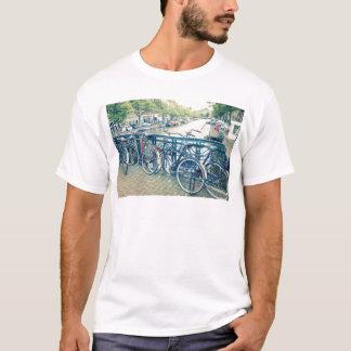 Canal et bicyclettes d'Amsterdam T-shirt