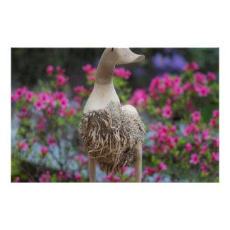 Canard en bois avec des fleurs papier à lettre