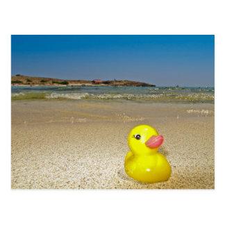 Canard en plastique à la carte postale de plage