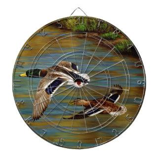 Canards de Mallard volant au-dessus de l'étang Jeu De Fléchettes