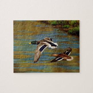 Canards de Mallard volant au-dessus de l'étang Puzzle