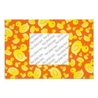 Canards en caoutchouc oranges mignons tirage photo