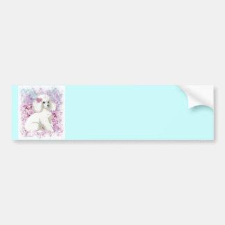 Caniche blanc dans l'art et les cadeaux de lilas autocollant pour voiture