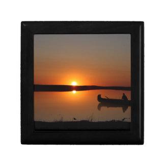 Canoë de coucher du soleil petite boîte à bijoux carrée