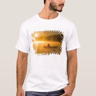 Canoë-kayak dans la baie de lis au lever de t-shirt