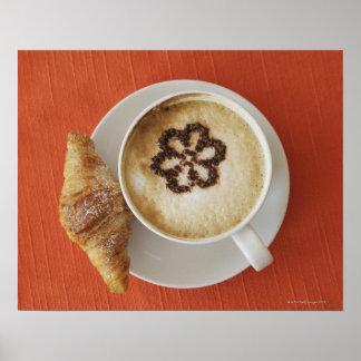 Cappuccino avec du chocolat et un croissant, affiches