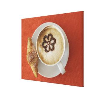 Cappuccino avec du chocolat et un croissant, toiles